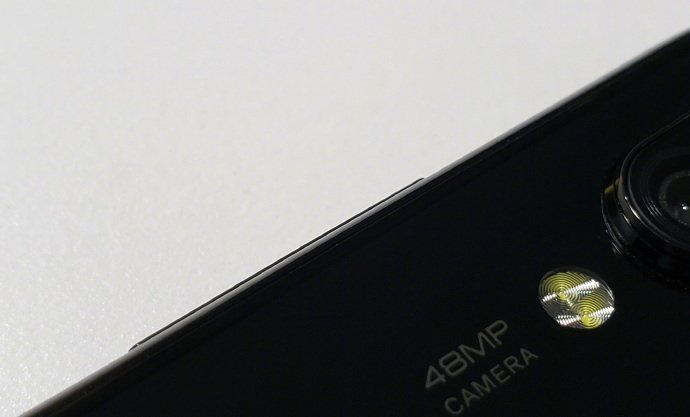 Первый смартфон Xiaomi с 48-мегапиксельной камерой позирует на фото