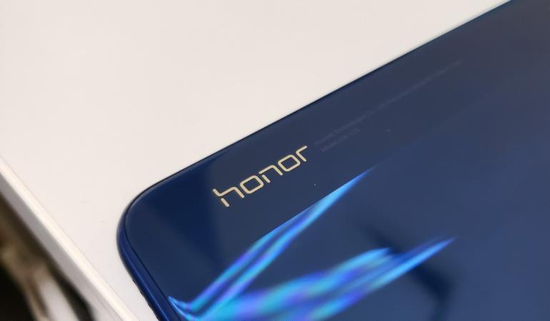 Смартфон Honor V20 получит не только 3D-камеру, но и дырявый экран