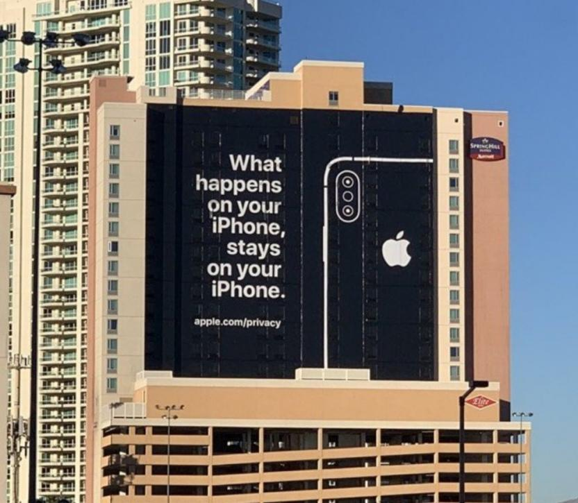 Apple напомнила о себе банером на стене здания