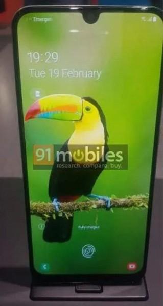 Двойные-тройные камеры и экраны Infinity-U: смартфоны Samsung Galaxy A30 и A50 позируют на живых фото