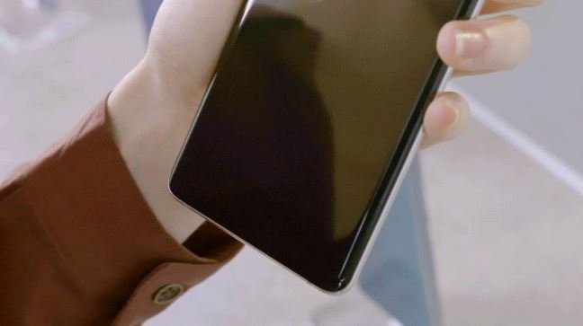 Это не аппаратный дефект. Samsung пообещала исправить работу сканеров отпечатков пальцев в Galaxy S10