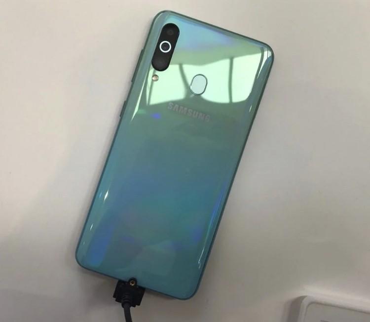 Смартфон Samsung Galaxy A60 с «дырявым» экраном предстал на фотографиях