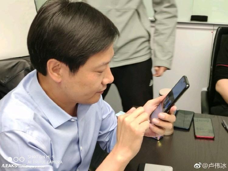 Глава Xiaomi замечен со смартфоном Redmi на платформе Snapdragon 855