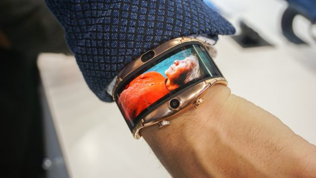 JerryRigEverything проверил на прочность гибкий смартфон-браслет Nubia Alpha - 1