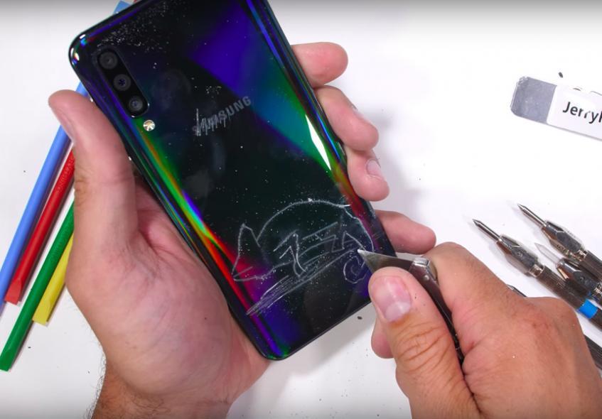 Эксперт объяснил недостатки пластикового корпуса Samsung Galaxy A50 - 1