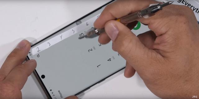 JerryRigEverything проверил на прочность смартфон Samsung Galaxy Note 10+ 5G - 1