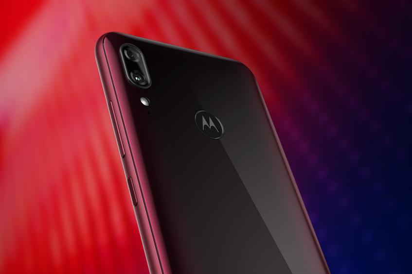 Motorola привезла свой самый дешёвый смартфон в Россию - 1