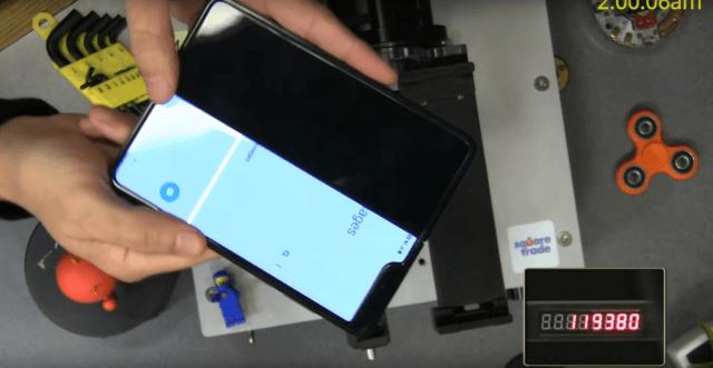 Смартфон Samsung Galaxy Fold сломался не выдержав заявленное количество складываний - 1