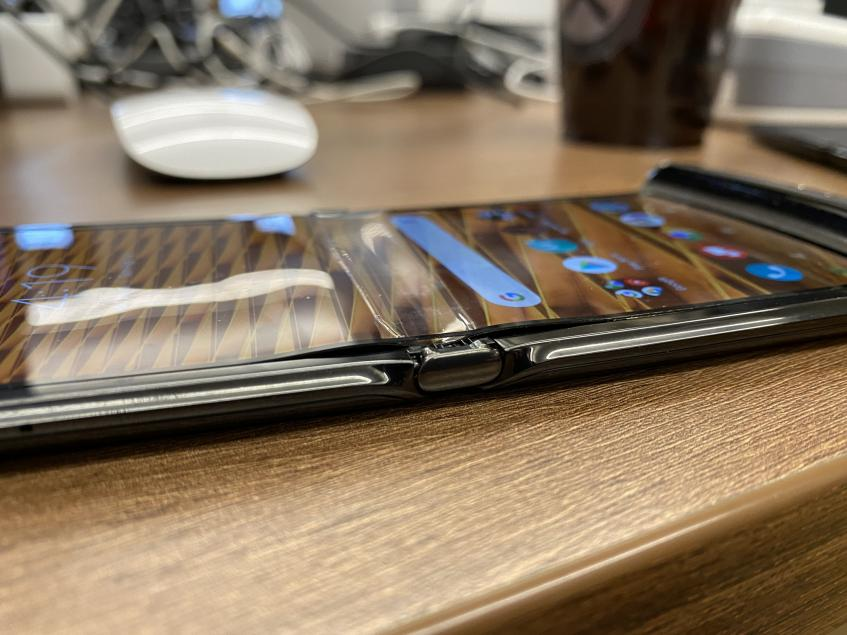 Кошмар Motorola RAZR продолжается: дисплеи отслаиваются и ломаются