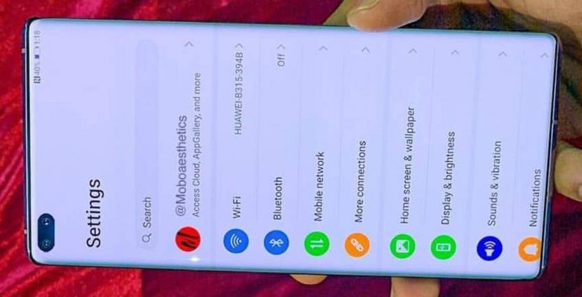 Включенный Huawei P40 Pro в руках пользователя