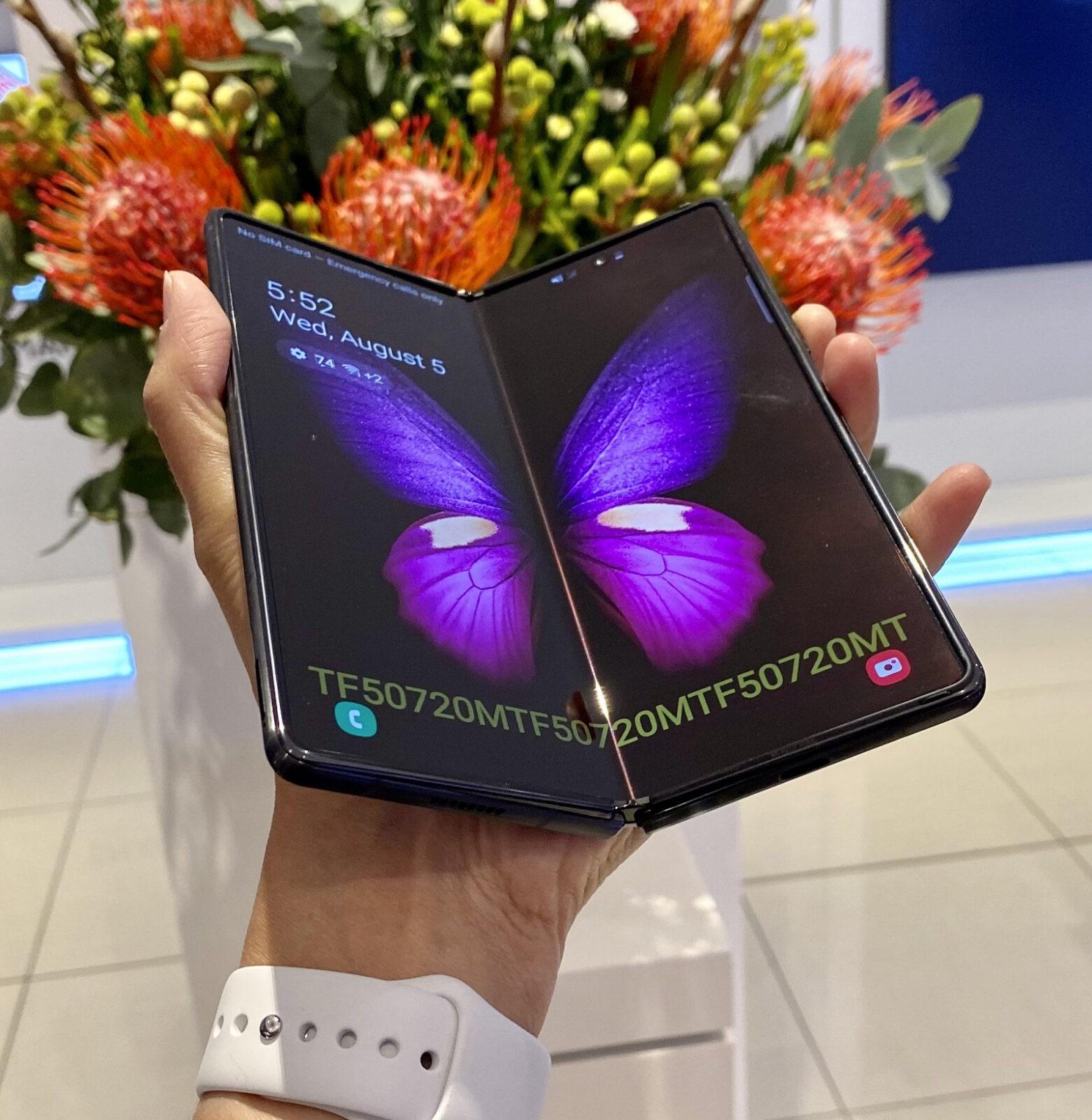 Новый Samsung Galaxy Z Fold2 избавился от знаменитой складки на экране. Реальные фото
