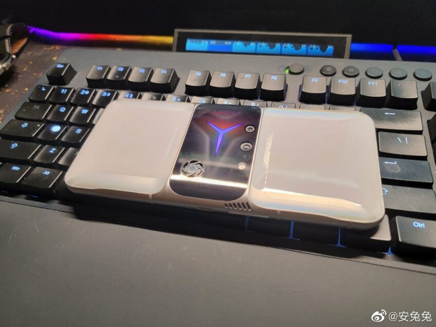 Так выглядит первый смартфон с экраном Samsung AMOLED E4, 144 Гц, Snapdragon 888, 16/512 ГБ и двумя вентиляторами. Живые фото Lenovo Legion 2 Pro