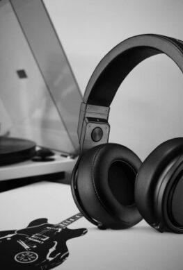 Раскрыты сроки выхода первых полноразмерных стереонаушников Apple AirPods - 1