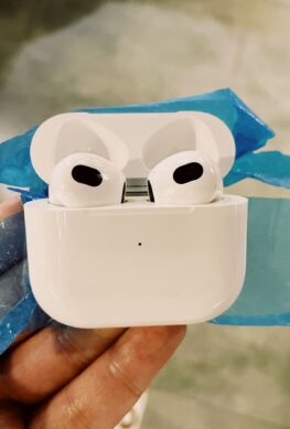Первое живое фото Apple AirPods 3